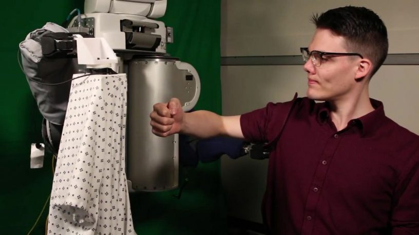 Robot kleedt patiënt aan